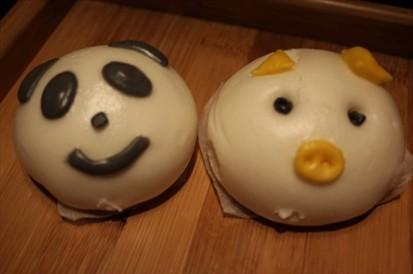 小甜点长得巨可爱~一个小熊猫一个小猪~卡哇伊呐~让人都不舍得吃啦!
