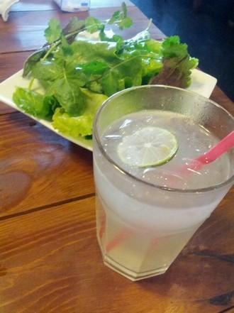 算甜甜的柠檬水,但调配得挺好喝的