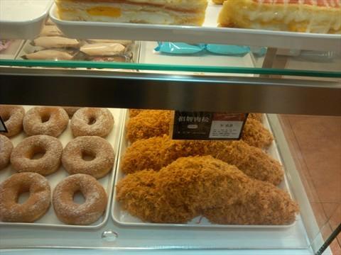 西点面包种类挺多的,价格也适中,红豆切片面包挺实惠的,买了放公司