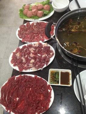 选择了茶树菇牛排骨汤底,但实际上桌的是茶树菇牛杂汤底,各种牛肉