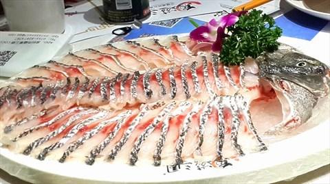 涮完后入口,鱼皮部分是爽脆的,类似脆皖鱼,但鱼肉的肉质跟脆皖相反图片